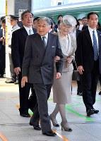 福島県行幸啓のため東京駅を出発される天皇、皇后両陛下=JR東京駅で2018年6月9日午前10時48分(代表撮影)
