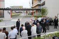 復興公営住宅をご訪問された天皇、皇后両陛下=福島県いわき市で2018年6月9日午後2時52分、喜屋武真之介撮影