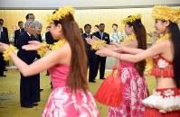 スパリゾートハワイアンズでフラガールショーをご覧になる天皇、皇后両陛下=福島県いわき市で2018年6月9日午後6時41分(代表撮影)