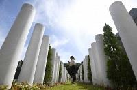 性別や国籍、宗派を問わない墓「&(安堵)」=千葉県船橋市で2018年5月25日、久保玲撮影