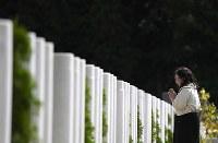 整然と円柱状の大理石が並ぶ「&(安堵)」=千葉県船橋市で2018年5月25日、久保玲撮影