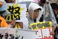 国会周辺で安倍政権の退陣などを要求する人たち=東京都千代田区で2018年6月10日午後3時19分、竹内紀臣撮影