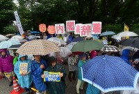雨の中、国会前で安倍政権の退陣などを要求する人たち=東京都千代田区で2018年6月10日午後3時26分、竹内紀臣撮影