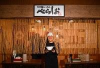 「いらっしゃいませ!」。知的障害がある金子真依さんは、この日一番の笑顔を見せながら出迎えてくれた=大阪市住吉区で、山田尚弘撮影