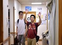 「また明日!」。仕事を終え、すがすがしい表情を見せる小林勇斗さん(右)と金井悠馬さん=大阪市住吉区で、山田尚弘撮影