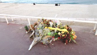 テロ事件の現場となった海岸沿いの遊歩道に供えられた花束(写真は筆者撮影)
