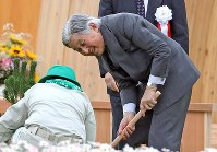 Emperor Akihito plants a tree during the 69th national tree-planting festival in the city of Minamisoma, Fukushima Prefecture, on June 10, 2018. (Mainichi)