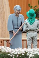 Empress Michiko plants a tree during the 69th national tree-planting festival in the city of Minamisoma, Fukushima Prefecture, on June 10, 2018. (Mainichi)