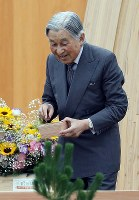 Emperor Akihito sows seeds during the 69th national tree-planting festival in the city of Minamisoma, Fukushima Prefecture, on June 10, 2018. (Mainichi)
