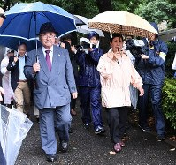 Iwao Hakamada's sister Hideko, right, and defense counsel chief Katsuhiko Nishijima head to the Tokyo High Court in the capital's Chiyoda Ward on June 11, 2018. (Mainichi)