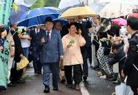 多くの支援者が待つ中、東京高裁に入る袴田巌さんの姉の秀子さん(中央)ら=東京都千代田区で2018年6月11日午後1時18分、梅村直承撮影