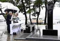 東日本大震災の慰霊碑に供花される天皇、皇后両陛下=福島県相馬市で2018年6月11日午前10時26分(代表撮影)