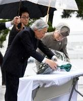 東日本大震災の慰霊碑に供花される天皇、皇后両陛下=福島県相馬市で2018年6月11日午前10時27分(代表撮影)