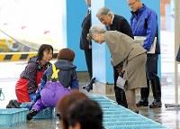 相馬市水産業共同利用施設を視察に訪れ、水揚げされた魚をご覧になる天皇、皇后両陛下=福島県相馬市で2018年6月11日午前11時5分、喜屋武真之介撮影