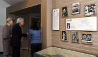 古関裕而記念館を見学される天皇、皇后両陛下=福島市で2018年6月11日午後3時31分(代表撮影)