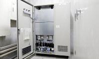 実証実験で中学校に設置された蓄電池=横浜市提供