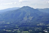 今のニセコアンヌプリは、登山やスキーの行楽客で一年中にぎわう=去石信一撮影
