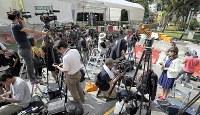 米朝首脳会談を翌日に控え、北朝鮮の金正恩朝鮮労働党委員長が宿泊するホテルの前で取材する大勢の報道陣シンガポールで2018年6月11日午後3時12分、佐々木順一撮影
