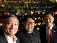 植物園でシンガポールのバラクリシュナン外相(左)らと記念撮影する金正恩・朝鮮労働党委員長=11日、バラクリシュナン外相のツイッターより、ロイター