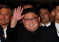 マリーナベイ・サンズを訪れた金正恩朝鮮労働党委員長(中央)=シンガポールで11日、ロイター