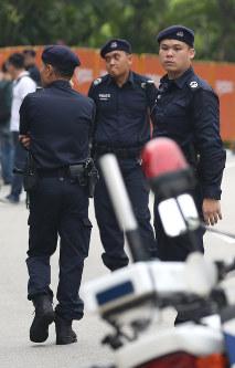 米朝首脳会談が行われるセントーサ島のカペラホテル前で警備する警察官=シンガポールで2018年6月12日午前7時27分、佐々木順一撮影