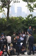 セントーサ島のカペラホテル前で米朝首脳が来るのを待つ報道陣=シンガポールで2018年6月12日午前7時26分、佐々木順一撮影