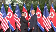 会談前に握手する両首脳=AP
