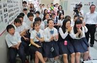 米朝両首脳の握手場面に歓声を上げる生徒たち=大阪府茨木市のコリア国際学園で2018年6月12日午前10時4分、三村政司撮影