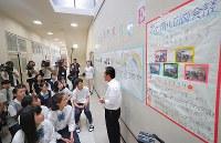 米朝首脳会談のテレビ放映を前に、教師の説明を聞く生徒たち=大阪府茨木市のコリア国際学園で2018年6月12日午前9時42分、三村政司撮影