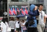 米朝首脳会談を報じるテレビニュースが流れる戎橋近くのモニター=大阪市中央区で2018年6月12日午後0時5分、小出洋平撮影