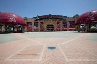 エンゼルスタジアムの正面入り口はホームベースのようになっている=米カリフォルニア州アナハイムで2018年6月7日、ルーベン・モナストラ撮影