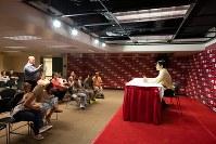 エンゼルスタジアムの「ボールパーク・ツアー」で記者会見場に入る参加者=米カリフォルニア州アナハイムで2018年6月7日、ルーベン・モナストラ撮影