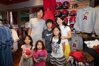 大谷選手の登板を観戦した翌日、ボールパークツアーに家族で参加した榊原凜久さん(中央)=米カリフォルニア州アナハイムで2018年6月7日、ルーベン・モナストラ撮影
