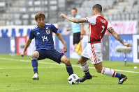 Japan's Takashi Inui, left, and Paraguay's Alan Benitez challenge for the ball during a friendly soccer match between Japan and Paraguay at Tivoli Stadium in Innsbruck, Austria, on Tuesday, June 12, 2018. (AP Photo/Kerstin Joensson)
