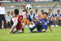 Japan's Shinji Kagawa, right, and Paraguay's Gustavo Gomez challenge for the ball during a friendly soccer match between Japan and Paraguay at Tivoli Stadium in Innsbruck, Austria, on Tuesday, June 12, 2018. (AP Photo/Kerstin Joensson)