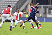 Japan's Shinji Okazaki, right, and Paraguay's Angel Cardozo challenge for the ball during a friendly soccer match between Japan and Paraguay at Tivoli Stadium in Innsbruck, Austria, on Tuesday, June 12, 2018. (AP Photo/Kerstin Joensson)