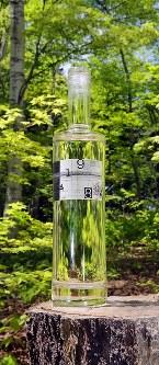 道内発のジン蒸留所で造られたクラフトジン「9184」。紅桜公園内の森林に置くと、新緑を反射させて輝いた=札幌市南区で2018年5月24日、貝塚太一撮影