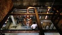 公園内にあった倉庫を改築して稼働する「紅櫻蒸溜所」。見学者のために開放されている2階からイタリア製の蒸留器が一望できる=札幌市南区で2018年5月29日、貝塚太一撮影