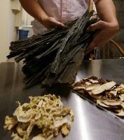 一般販売させる定番レシピのクラフトジンに入る北海道産のコンブ、シイタケ、切り干し大根=札幌市南区で2018年5月29日、貝塚太一撮影