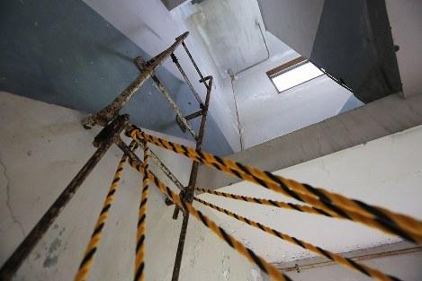 解体を前に報道陣に公開された岩手県大槌町の旧役場庁舎内部。東日本大震災に伴う巨大津波の襲来を見て2階から屋上に上るはしごには町職員が殺到し生死を分けた=同町で2018年6月13日午前11時23分、喜屋武真之介撮影