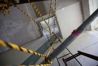 解体を前に報道陣に公開された岩手県大槌町の旧役場庁舎内部。東日本大震災に伴う巨大津波の襲来を見て2階から屋上に上るはしごには町職員が殺到し生死を分けた=同町で2018年6月13日午前11時9分、喜屋武真之介撮影
