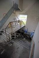 解体を前に報道陣に公開された岩手県大槌町の旧役場庁舎内部。東日本大震災に伴う巨大津波の襲来を見て屋上に上るはしごには町職員らが殺到し生死を分けた=同町で2018年6月13日午前11時28分、喜屋武真之介撮影