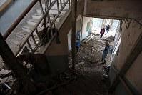 解体を前に報道陣に公開された岩手県大槌町の旧役場庁舎内部。東日本大震災に伴う津波を目撃し、多くの町職員が階段で1階から2階へ上ったが、津波は2階まで押し寄せた=同町で2018年6月13日午前11時7分、喜屋武真之介撮影