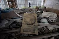 報道陣に公開された岩手県大槌町の旧役場庁舎内部。1階には津波にのまれ、止まったままの時計も残されていた=2018年6月13日午前11時54分、喜屋武真之介撮影