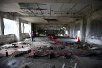 解体を前に報道陣に公開された岩手県大槌町の旧役場庁舎内部。2階の議場にも津波の生々しい傷跡が残っていた=同町で2018年6月13日午前11時15分、喜屋武真之介撮影