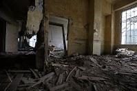解体を前に報道陣に公開された岩手県大槌町の旧役場庁舎内部。東日本大震災に伴う津波の生々しい傷跡が刻まれていた=同町で2018年6月13日午前10時59分、喜屋武真之介撮影