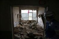 解体を前に報道陣に公開された岩手県大槌町の旧役場庁舎内部。東日本大震災に伴う津波の生々しい傷跡が刻まれていた=同町で2018年6月13日午前10時58分、喜屋武真之介撮影