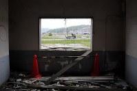 解体を前に報道陣に公開された岩手県大槌町の旧役場庁舎内部。2階からは整備の進む新しい街並みが見えた=同町で2018年6月13日午前11時26分、喜屋武真之介撮影