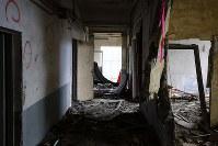 解体を前に報道陣に公開された岩手県大槌町の旧役場庁舎内部。津波による生々しい傷跡がいたるところに刻まれていた=同町で2018年6月13日午前10時57分、喜屋武真之介撮影
