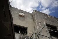 解体を控えた岩手県大槌町の旧役場庁舎=同町で2018年6月13日午前11時35分、喜屋武真之介撮影